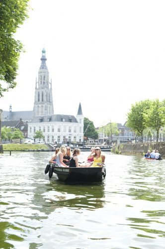 Motorboot varen in Breda