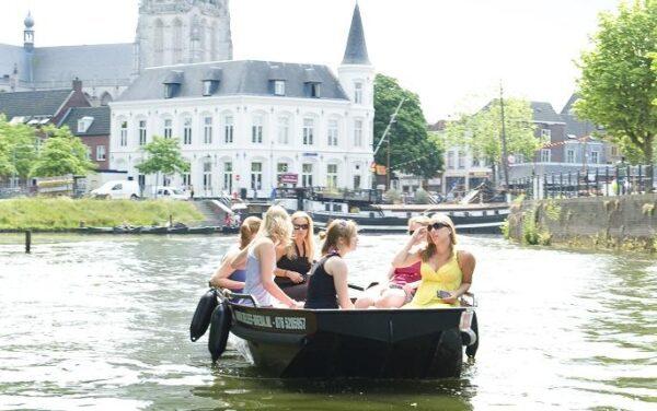 Motorboot varen in Breda